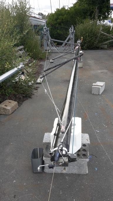 Le mât en carbone stocké à terre (j'ai démonté les deux barres de flèches supérieures). Ce que l'on voit au 1er plan est la tête de mât avec l'antenne VHF (la girouette et le capteur aérien NKE sont démontés).
